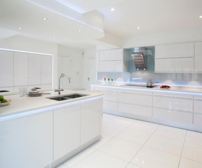 Белый пол в интерьере кухни