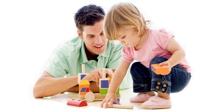 Будущий муж играет с детьми