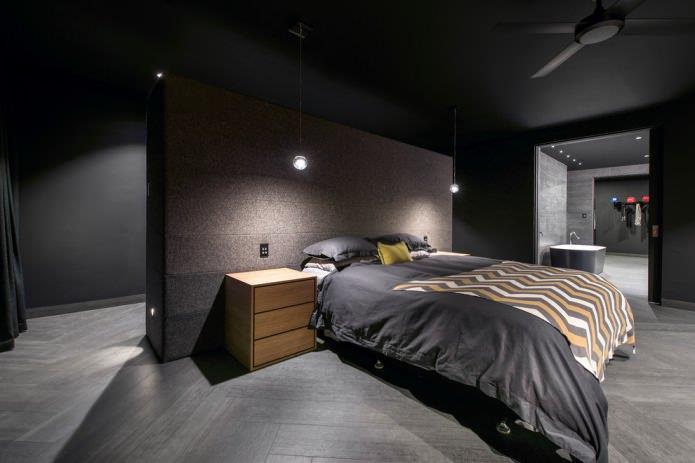 спальня с темным полом и стенами