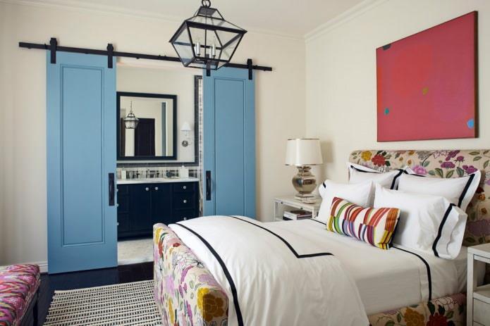сочетание синих дверей и темного напольного покрытия