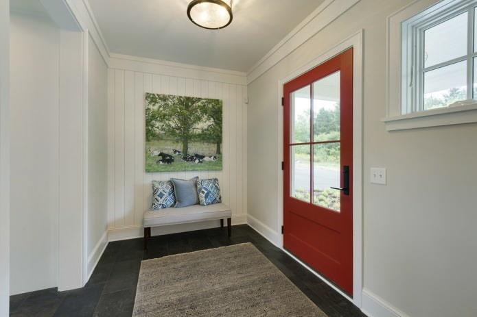 Красные двери с темным полом