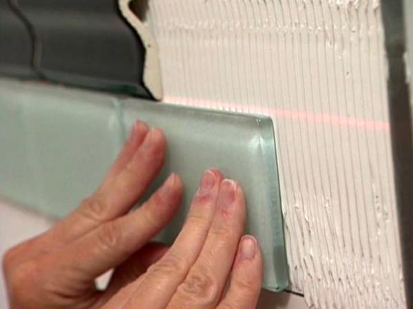 Клейка плитки на стены по лазерному уровню
