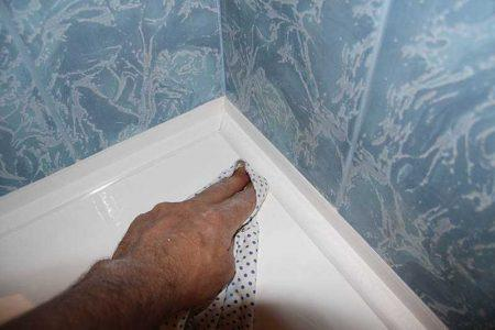 Установленный пластикой плинтус на ванной