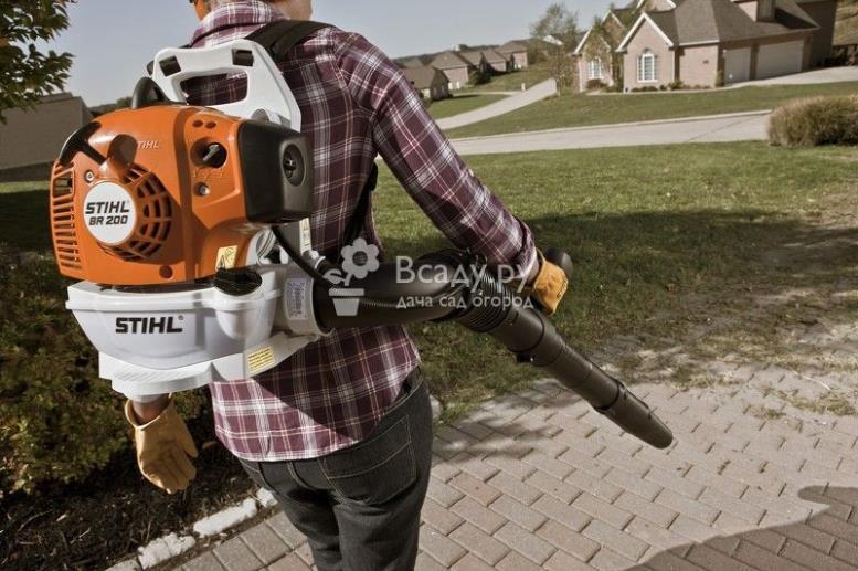 Ранцевый пылесос и воздуходувка для уборки сада