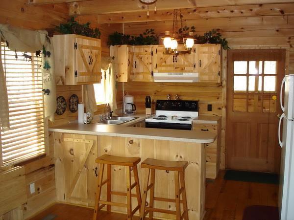 Кухонный гарнитур выполнен усилиями хозяев с помощью подручных средств
