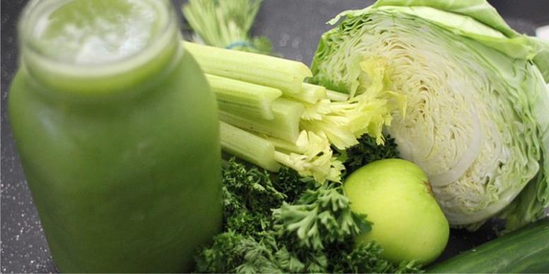 Сок из капусты, зеленых яблок и трав