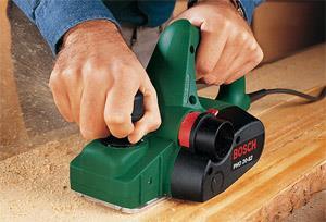 Работа электрорубанком начинается с настройки ножей и закрепления заготовки