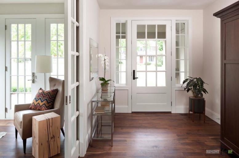Темный ламинат и белые двери