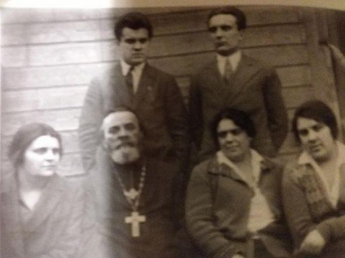 Семья священника Иоанна Артоболевского. Слева стоит Иван Артоболевский