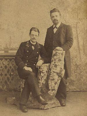 Сергей Алексеевич Артоболевский (сидит) с братом Иваном