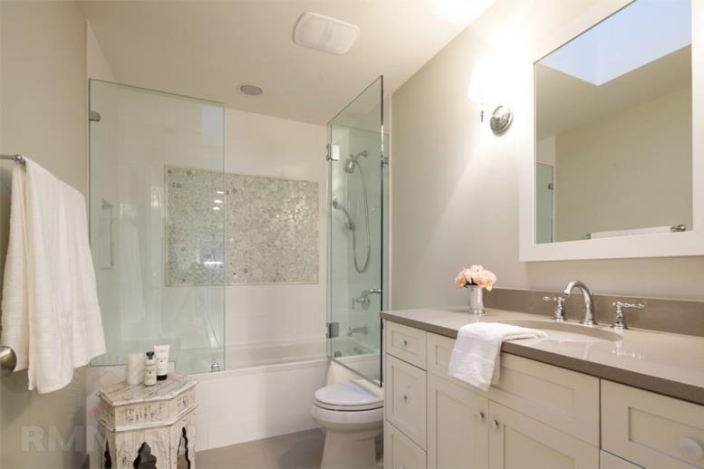 Стеклянные распашные двери для ванной