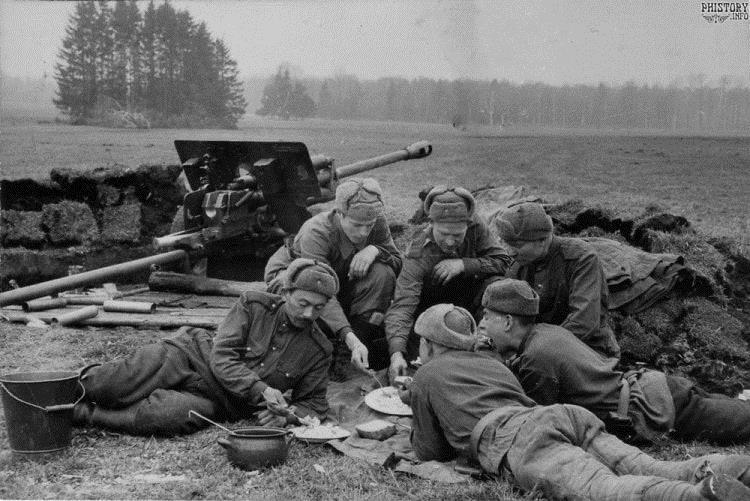 Солдаты Советской Армии под Берлином в шапках-ушанках